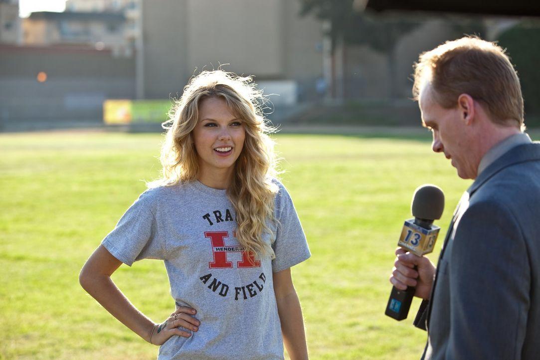 Felicia (Taylor Swift, l.) und ihr Freund, der Highschool Footballspieler Willy, machen sich ganz besondere Geschenke zu Valentinstag und offenbaren... - Bildquelle: 2010 Warner Bros.