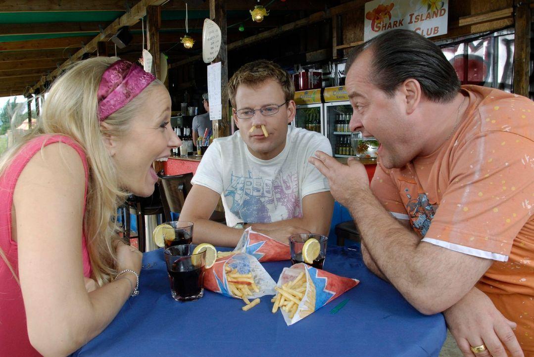 """Stefan (Mathias Schlung, M.) versucht Marie (Janine Kuinze, l.) und Bernd (Markus Majowski, r.) davon zu überzeugen, dass der Film """"Ein Fisch namens... - Bildquelle: Max Kohr Sat.1"""