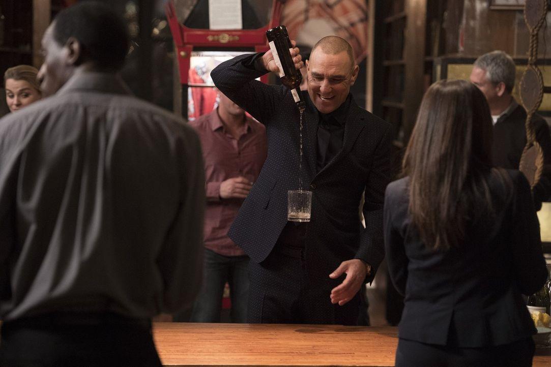 Gunter Gustafsen (Vinnie Jones) von Cameron Blacks Bühnenshowteam stößt mit dem FBI auf den Erfolg an - aber natürlich lässt er sich auch hier einen... - Bildquelle: Warner Bros.