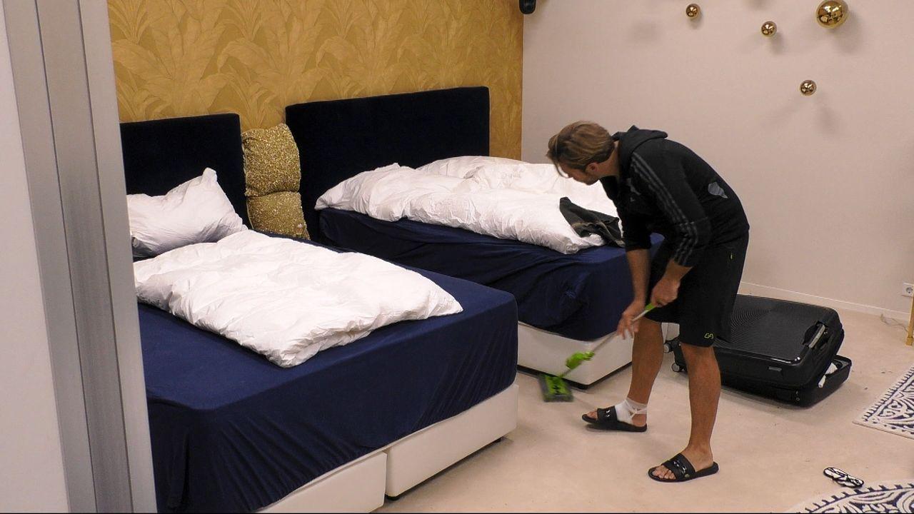 Johannes putzt den Boden im Schlafzimmer der Villa