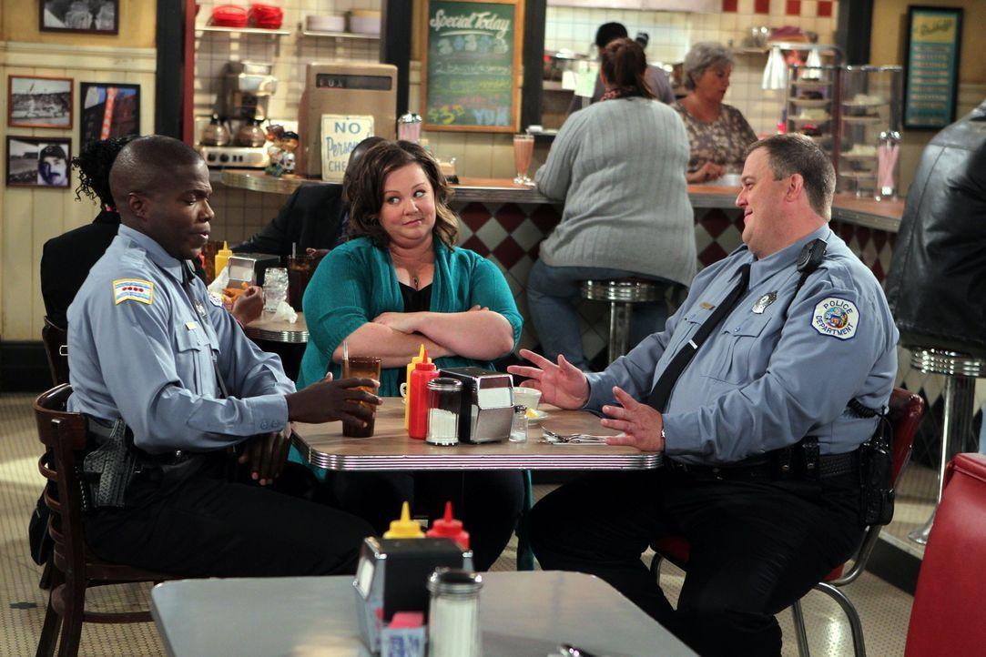 Mike (Billy Gardell, r.) ist ganz hingerissen von Molly (Melissa McCarthy, M.) und schwärmt Carl (Reno Wilson, l.) vor, wie schön die Zeit mit ihr... - Bildquelle: Warner Brothers
