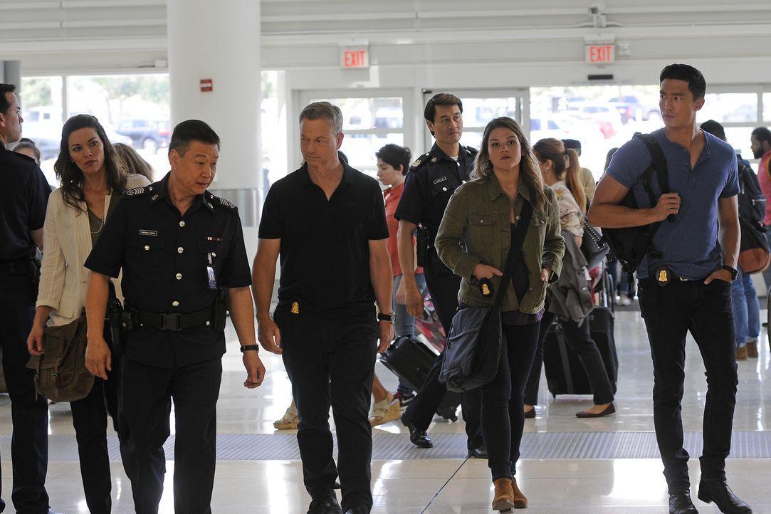 Zwei Amerikanerinnen werden am Flughafen von Singapur ermordet aufgefunden. Clara Seger (Alana De La Garza, l.), Jack Garrett (Gary Sinise, M.), Mae... - Bildquelle: Neil Jacobs 2016 ABC Studios. All rights reserved.