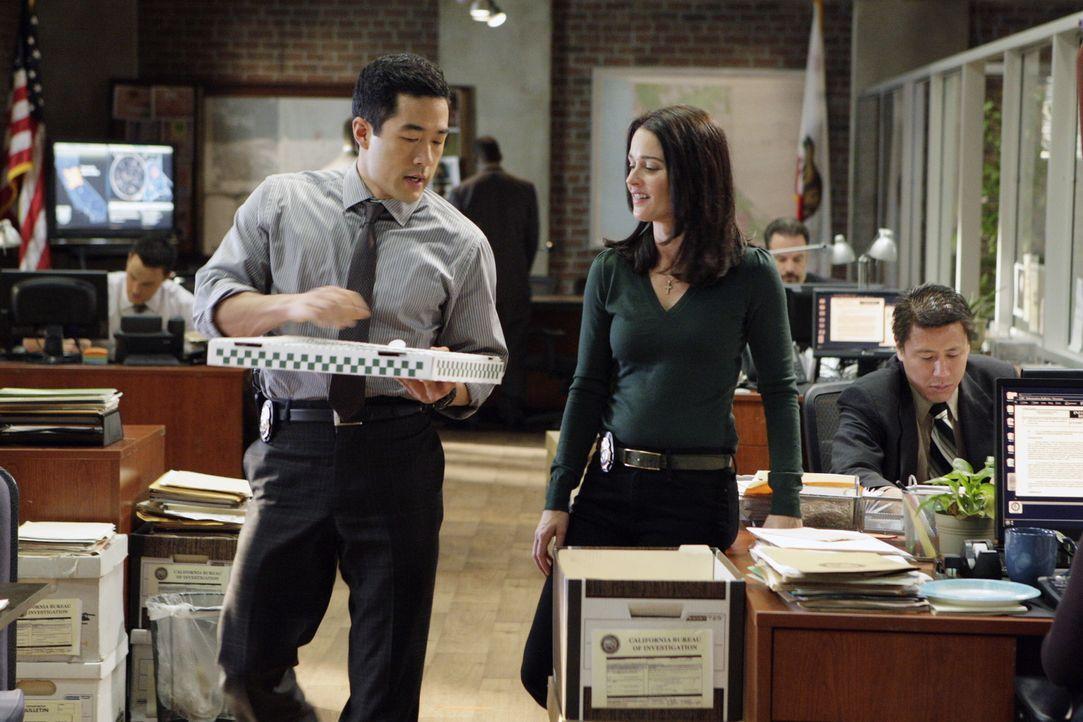 Nachdem ein Mann, der unter Hypnose stand, die Leiche von Mary Beth Hendrix, in die CBI-Zentrale geschleppt hat beginnen für Kendall (Tim Kang, l.)... - Bildquelle: Warner Bros. Television