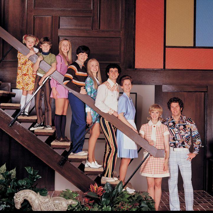 Auch Haushälterin Alice (Tannis Burnett, 3.v.r.) weiß, dass bei dieser Familie immer etwas los ist: (v.l.n.r.) Cindy (Sofia Vassilieva), Bobby (Max... - Bildquelle: TM &   2002 by Paramount Pictures. All Rights Reserved.