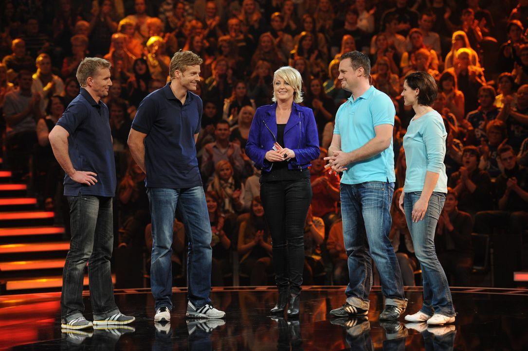 Ulla Kock am Brink (M.) mit ihren Kandidaten Sven Steffen (l.), Oliver Klenz (2.v.l.) sowie Markus (2.v.r.) und Maren Weber (r.) ... - Bildquelle: Willi Weber SAT.1