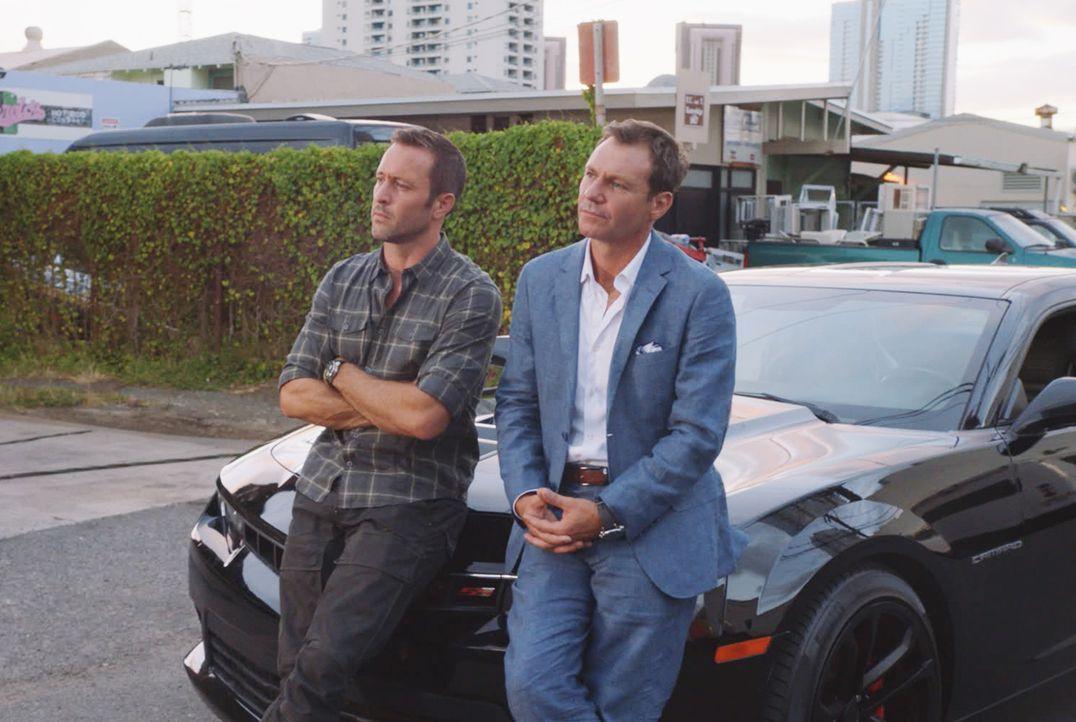 Tauscht die Sonnenbank gegen die Rückbank von Steve McGarretts (Alex O'Loughlin, l.) Camaro, um dem Hawaii Five-0 Team bei der Jagd auf eine Mafia-B... - Bildquelle: 2017 CBS Broadcasting Inc. All Rights Reserved.