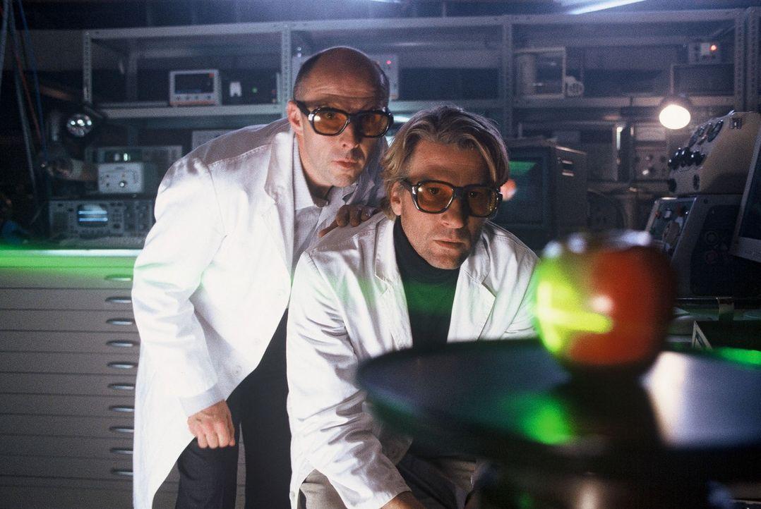 Physiker Jakob (Michael von Au, r.) und sein Kollege Lehmann (Peter Ender, l.) arbeiten unter Hochdruck an einem unglaublichen Transformationsprojek... - Bildquelle: Jörg Klaus Sat.1