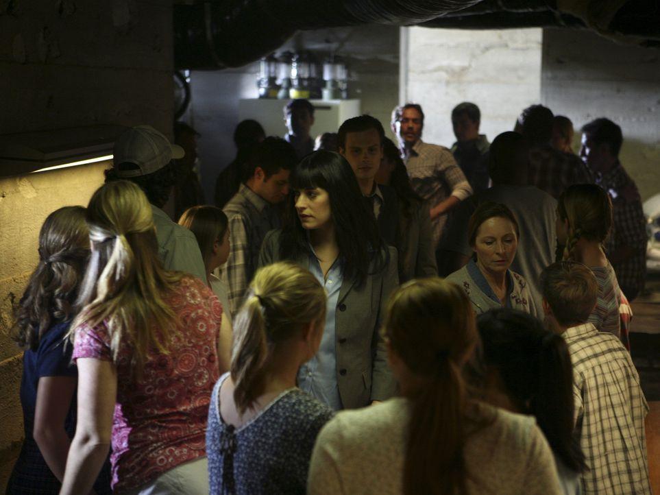 Während Emily (Paget Brewster, M. vorne) und Reid (Matthew Gray Gubler, M. hinten) die Mädchen vernehmen, greift ein Swat-Team, das von einem karr... - Bildquelle: Touchstone Television