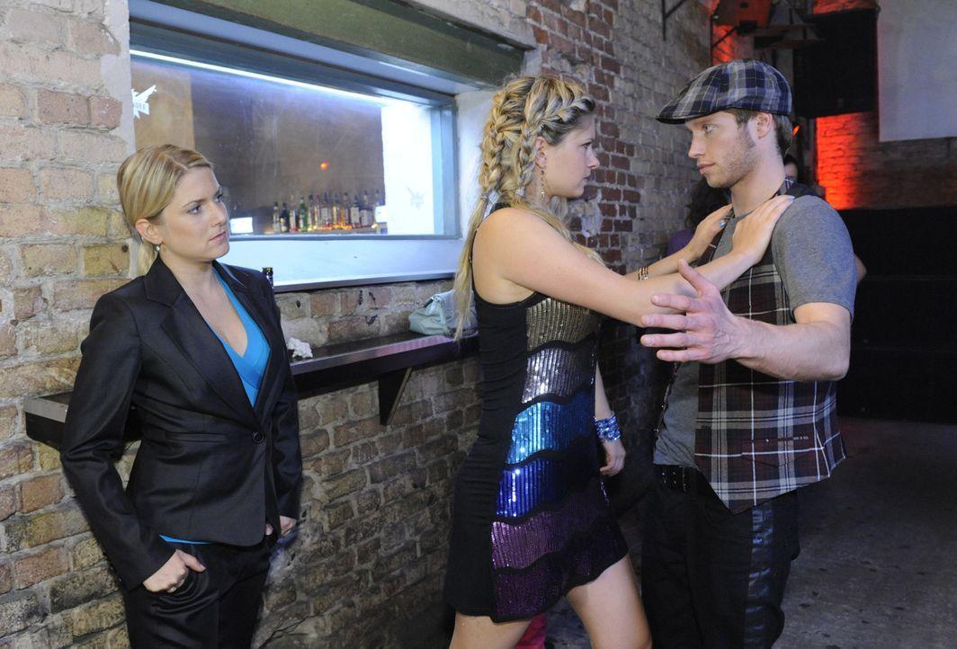Jojo (Bernhard Bozian, r.) und Anna (Jeanette Biedermann, l.) finden Mia (Josephine Schmidt, l.) im Club und versuchen ihr klar zu machen, dass sie... - Bildquelle: SAT.1