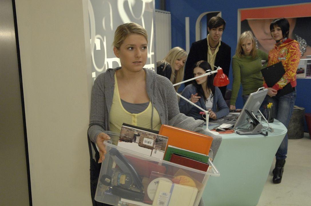 Anna (Jeanette Biedermann, l.) holt ihre Sachen aus der Agentur. - Bildquelle: SAT.1