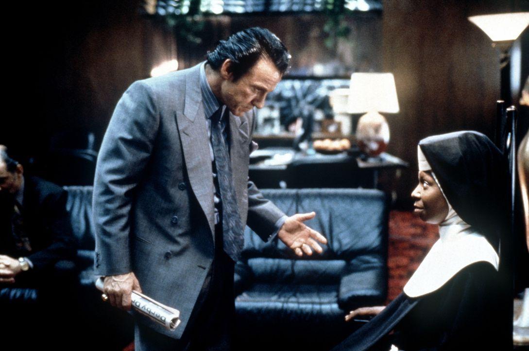 Obwohl Deloris (Whoopi Goldberg, r.) ein gutes Versteck im Kloster hat, wird sie von ihrem Ex-Lover Vince LaRocca (Harvey Keitel, l.) entdeckt ... - Bildquelle: Buena Vista Pictures