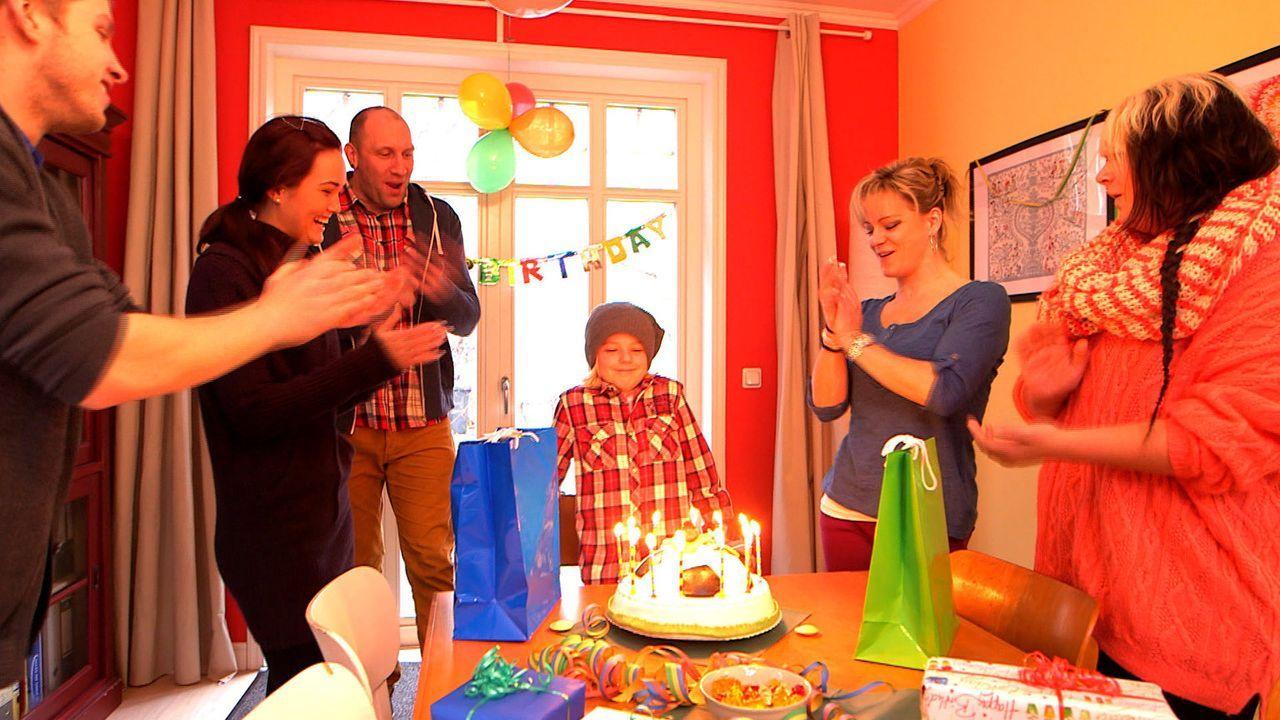 Der kleine Fabian (3.v.r.) hat Geburtstag und seine Familie, David (l.), Michelle (2.v.l.), Papa Michael (3.v.l.), Mama Christina (2.v.r.) und Nele... - Bildquelle: SAT.1