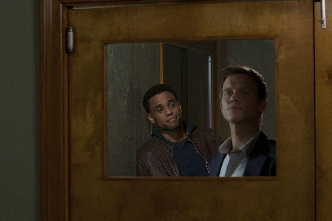 Ein neuer Fall wartet auf Travis (Michael Ealy, l.) und Wes (Warren Kole, r.) ... - Bildquelle: 2012 USA Network Media, LLC