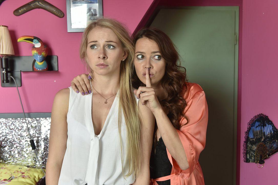 Sally (Laura Osswald, r.) versucht verzweifelt, die durch ihren ersten Orgasmus enthemmte Luisa (Jenny Bach, l.) zu bremsen ... - Bildquelle: Claudius Pflug sixx