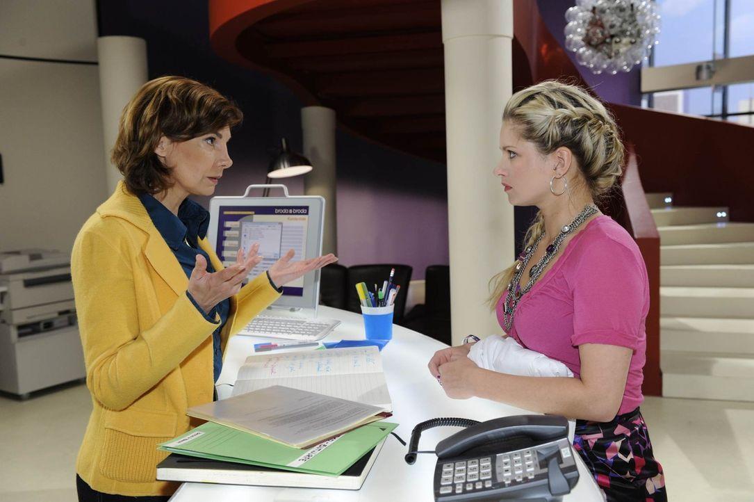 Mia (Josephine Schmidt, r.) verabschiedet sich von Steffi (Karin Kienzer, l.) und der Agentur .... - Bildquelle: SAT.1