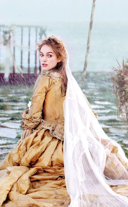 Eigentlich wollte Elizabeth Swann (Keira Knightley) endlich ihre große Liebe Will Turner heiraten, aber da wird sie von Jack in den Strudel der Ere... - Bildquelle: Disney Enterprises, Inc.  All rights reserved