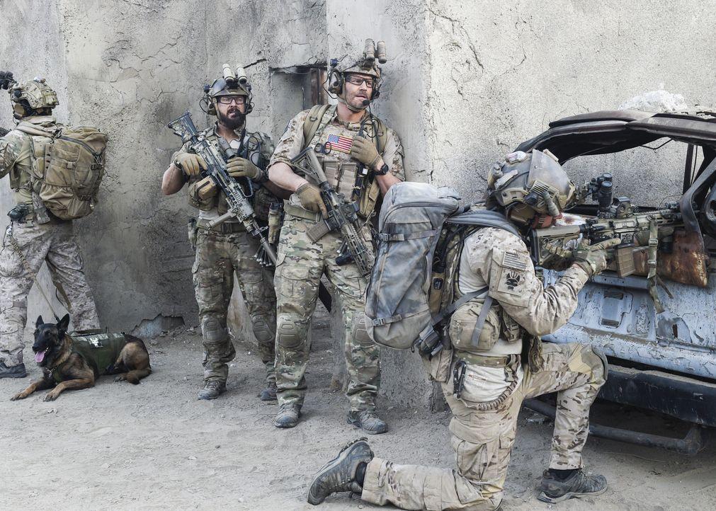 Jason (David Boreanaz, M.), Sonny (A.J. Buckley, l.) und das Team sollen im Irak eine abgeschossene Drohne aufspüren. Doch die Mission wird zur Nebe... - Bildquelle: Ron Jaffe Ron P. Jaffe/CBS  2017 CBS Broadcasting, Inc. All Rights Reserved