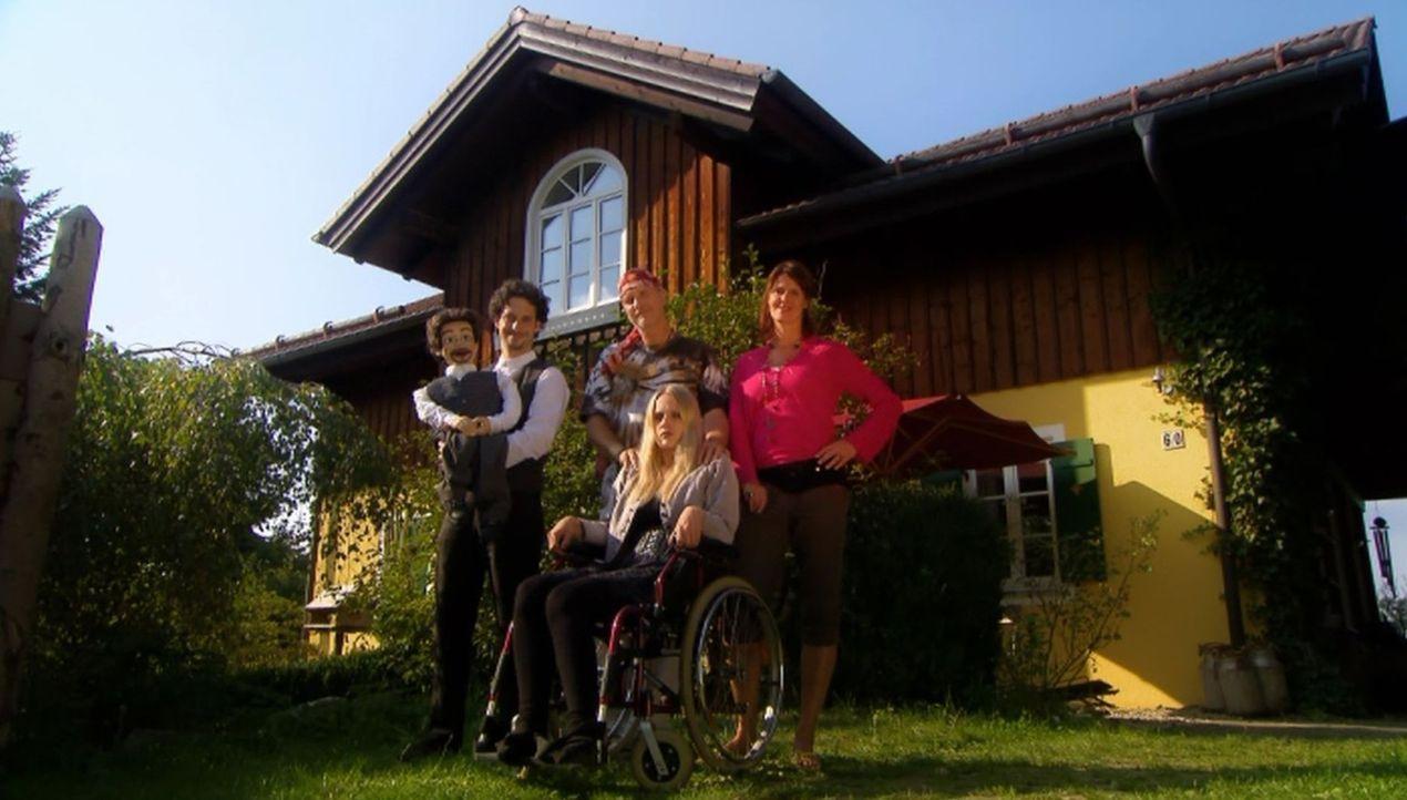 Bringen Christian an den Rand der Verzweiflung: Gerhard (Bernd Dechamps, 2.v.l.), Christiane (Bente Lay, r.), Carmen (Claudia Hinterecker, 2.v.r.) u... - Bildquelle: SAT.1