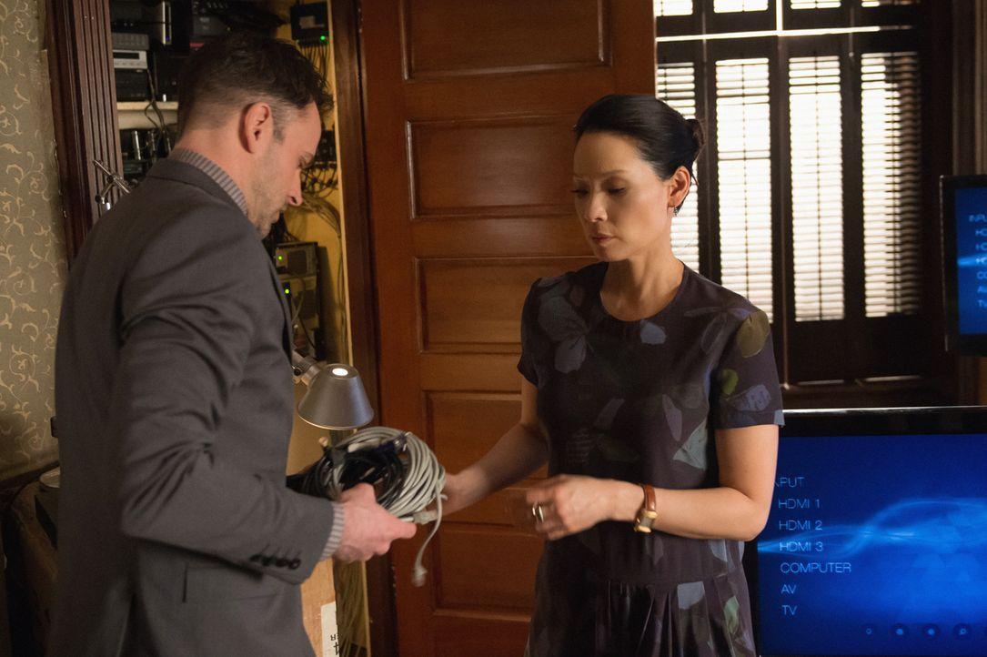 Nachdem der Täter ausgerechnet Taxifahrer ist, glauben Holmes (Jonny Lee Miller, l.) und Watson (Lucy Liu, r.), dass er aus Neid getötet hat ... - Bildquelle: CBS Television