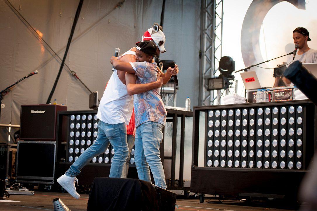 Für Danyiom (r.) ist es einer der glücklichsten Tage in seinem Leben, denn er darf mit seinem Rap-Idol Cro (l.) zusammen auf der Bühne stehen ... - Bildquelle: Martin Rottenkolber SAT.1