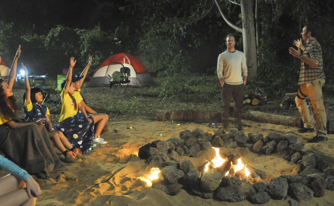 Ein Campingausflug mit den Aloha Girls endet für Steve (Alex O'Loughlin, r.), Danny (Scott Caan, 2.v.r.) und die Mädchen mit einem Kampf um Leben... - Bildquelle: 2012 CBS Broadcasting, Inc. All Rights Reserved.