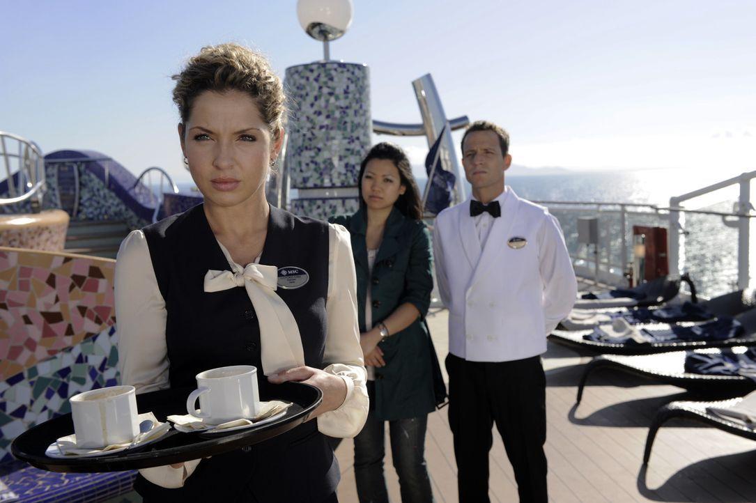 Da sie als blinder Passagier an Bord ist - versucht Nina (Maria Wedig, l.) sich als Kellnerin durchzumogeln ... - Bildquelle: SAT.1