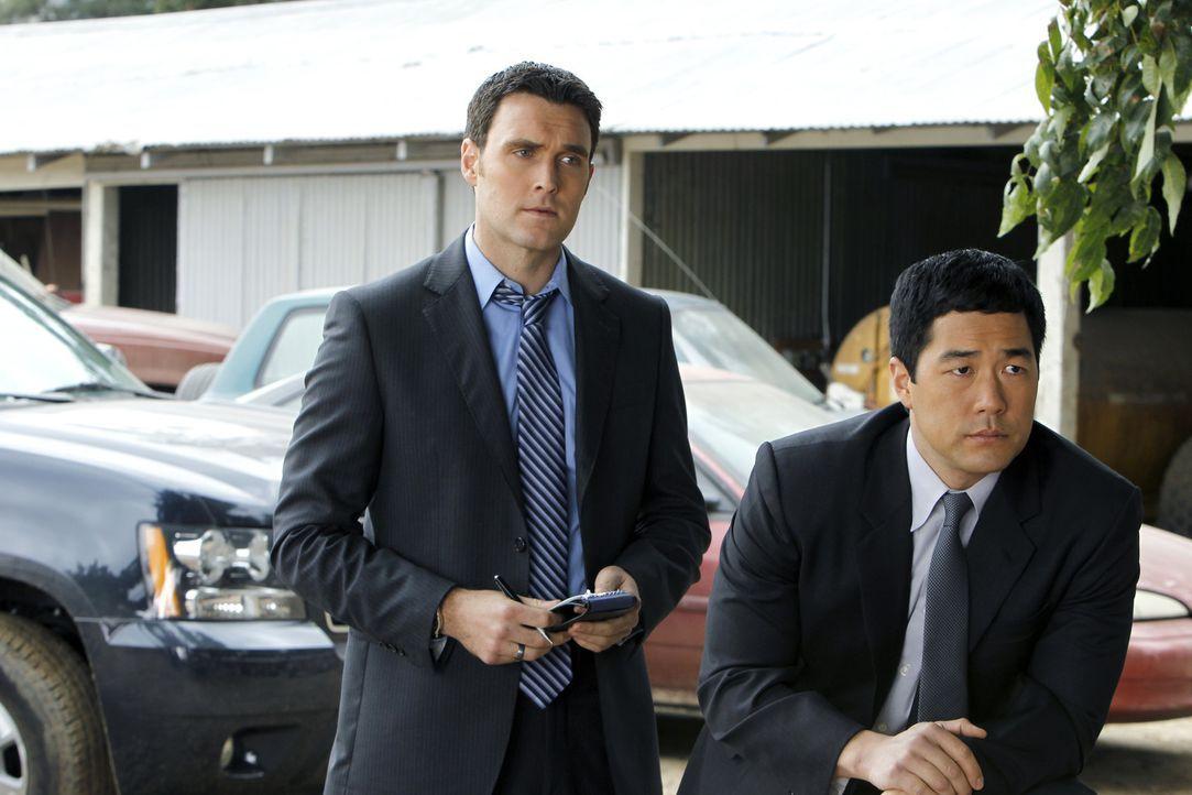 Nehmen die Ermittlungen in einem neuen Fall auf: Wayne (Owain Yeoman, l.) und Kimball (Tim Kang, r.) ... - Bildquelle: Warner Bros. Television