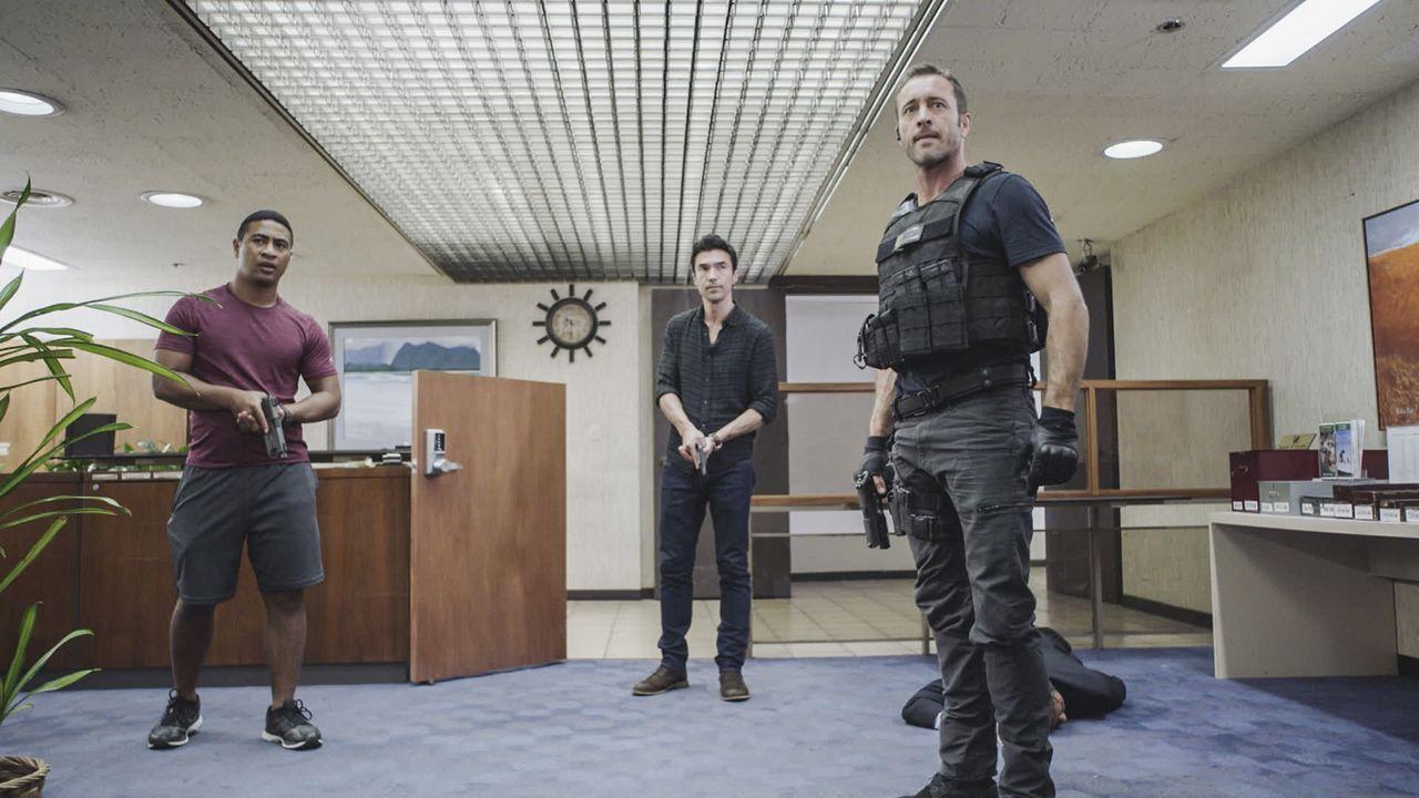 Junior (Beulah Koale, l.) und Adam (Ian Anthony Dale, M.) geben McGarrett (Alex O'Loughlin, r.) Rückendeckung, als ein Banküberfall ihn dazu zwingt,... - Bildquelle: 2017 CBS Broadcasting Inc. All Rights Reserved.