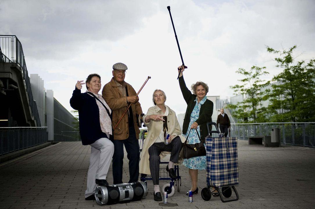 (1. Staffel) - Nehmen junge Leute mit raffinierten Streichen auf die Schippe: Gerda (r.), Helga (l.), Luise (2.v.r.) und Peter (2.v.l.) ... - Bildquelle: Martin Valentin Menke ProSieben