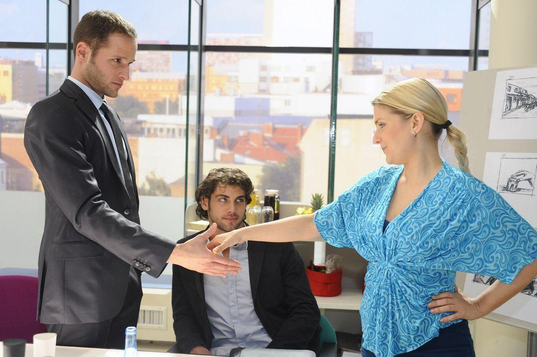 Anna (Jeanette Biedermann, r.) und Jonas (Roy Peter Link, M.) gehen auf Davids (Lee Rychter, l.) Vorschlag ein ... - Bildquelle: SAT.1