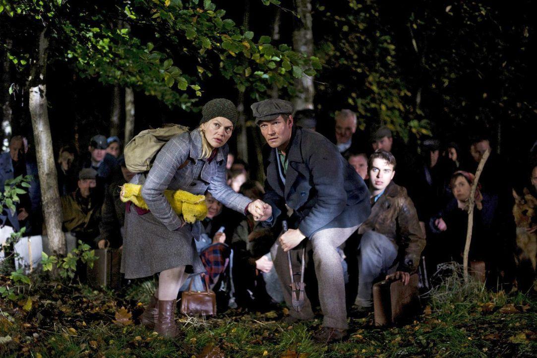 In einer Nacht- und Nebelaktion beschließen die Böseckendorfer, das Dorf zu verlassen, angeführt von Tonia (Anna Loos, l.) und Manni (Thure Riefenst... - Bildquelle: Sat.1
