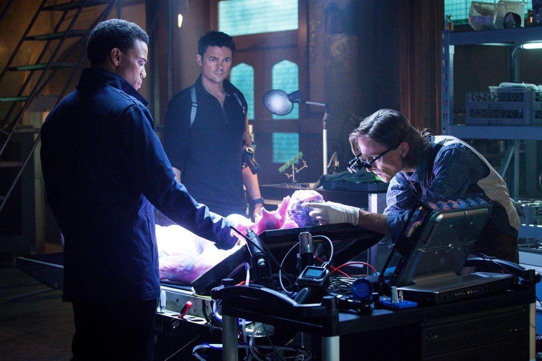 Als John (Karl Urban, M.) und  Dorian (Michael Ealy, l.) eine erschreckende Entdeckung machen, kann ihnen nur Rudy (Mackenzie Crook, r.) helfen ... - Bildquelle: Warner Bros. Television