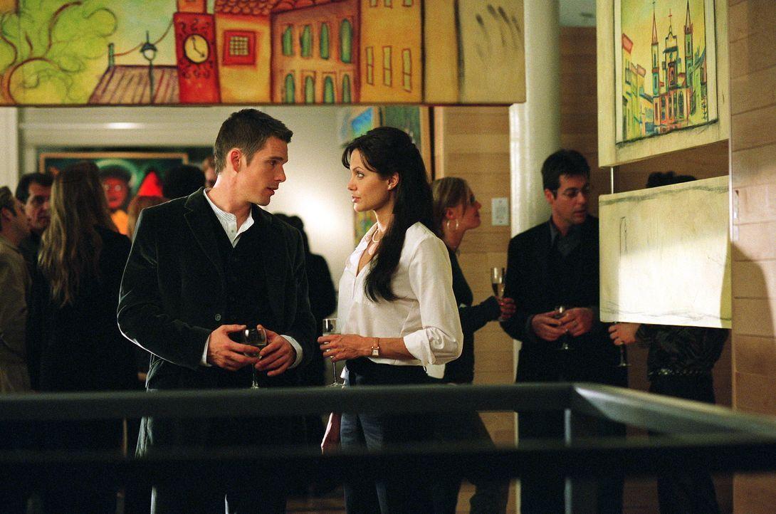 Costa (Ethan Hawke, l.) ist ihr Schlüssel zur Lösung des Falles. Illeana (Angelina Jolie, r.) ist Profilerin des FBI und Costa Zeuge des letzten Mor... - Bildquelle: Warner Bros.
