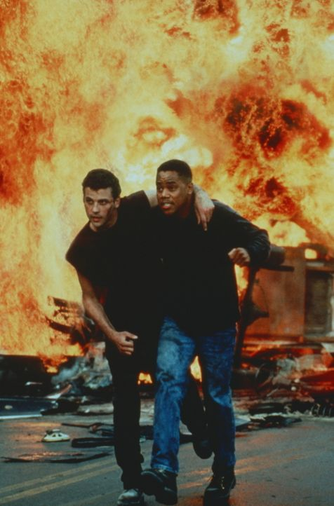 Geraten in einen explosiven Kampf: Arlo (Cuba Gooding, r.) und sein treuer Gefährte Tim Mason (Skeet Ulrich; l.) ... - Bildquelle: Warner Bros.