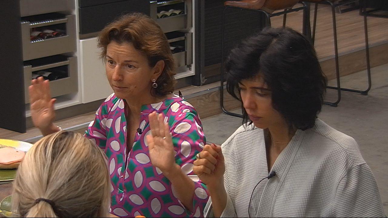 Claudia Obert (li.) schießt gegen Sarah Knappik - Bildquelle: SAT.1