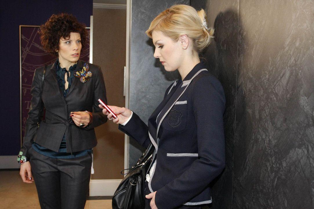 Emily (Anna Schäfer, l.) erkennt, dass Alexandra (Ivonne Schönherr, r.) die Urheberin der Homepage ist. - Bildquelle: SAT.1