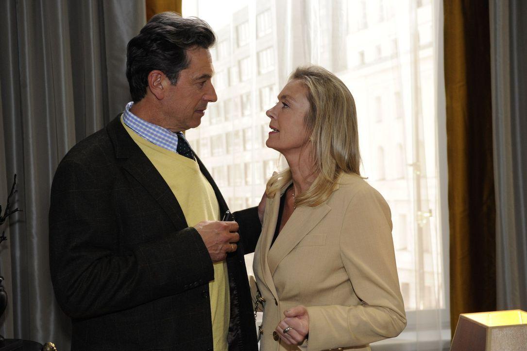 Julius (Günter Barton, l.) bittet Elisabeth (Birte Bergl, r.) um eine kurze Schonfrist ... - Bildquelle: SAT.1