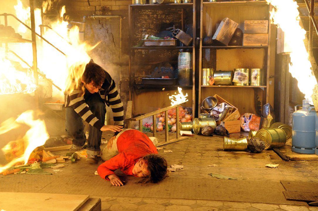 Die Goldelse brennt lichterloh! Alexander (Paul Grasshoff, l.) birgt die schwer verletzte Katja (Karolina Lodyga, r.) aus dem Keller und bricht dort... - Bildquelle: SAT.1