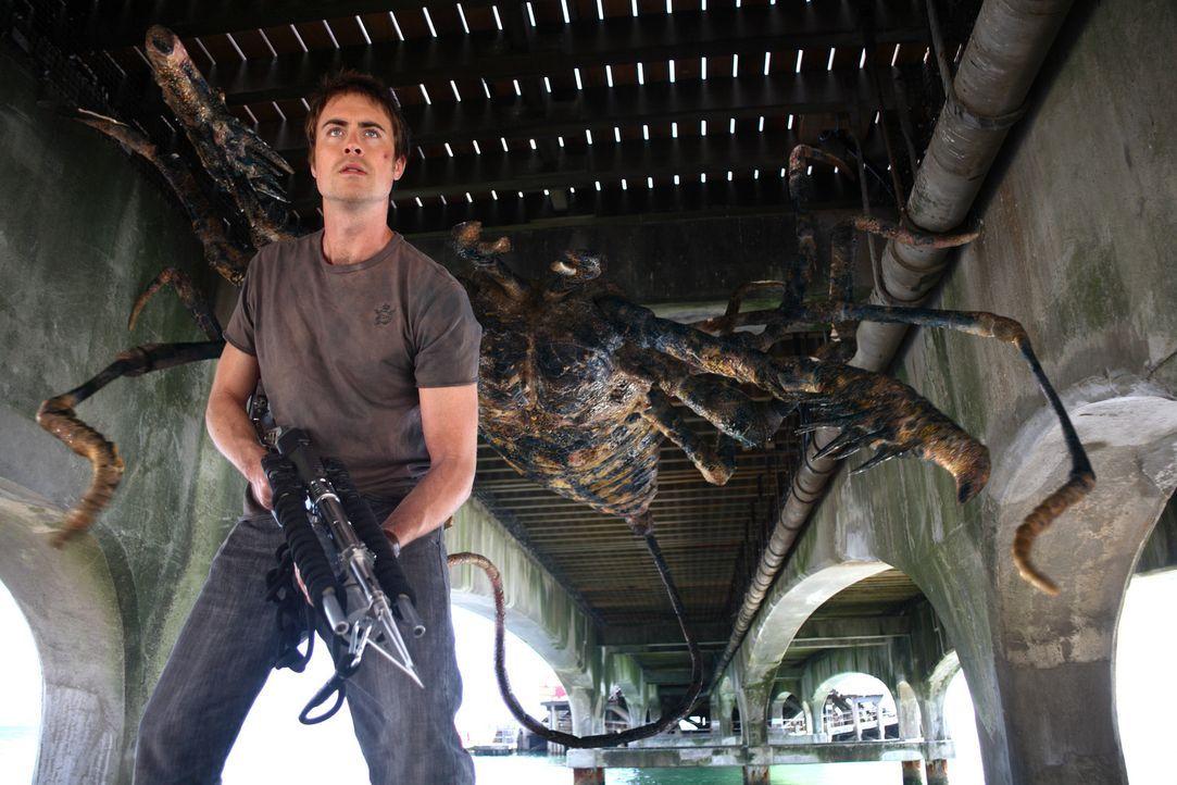 Im Kampf gegen die Monster-Skorpione: Stephen (James Murray) ... - Bildquelle: ITV Plc