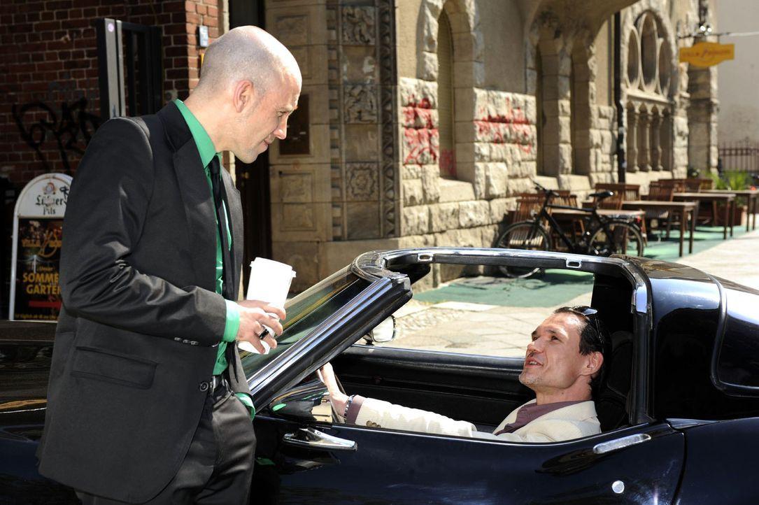 Igor (Dimitri Bilov, r.) bringt sich bei Gerrit (Lars Löllmann, l.) in Erinnerung. - Bildquelle: Sat.1