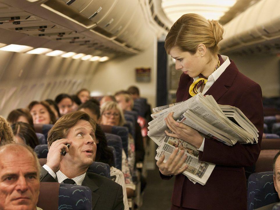 Hat eine ganz eigene Art, mit ruppigen Flugzeugpassagieren umzugehen: Greta (Nora Tschirner) ... - Bildquelle: Warner Bros.