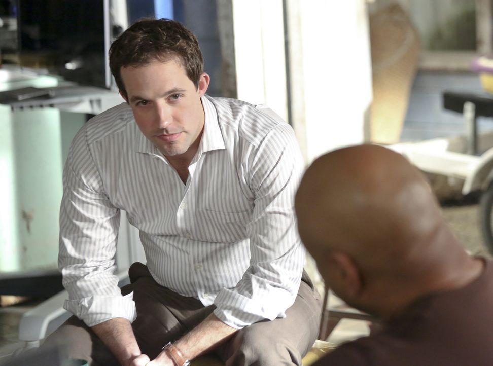 Während Kensi und Callen in einem neuen Fall ermitteln, bittet Hetty den Psychologen Nate Getz (Peter Cambor, l.), Deeks und Sam (LL Cool J, r.) bei... - Bildquelle: CBS Studios Inc. All Rights Reserved.