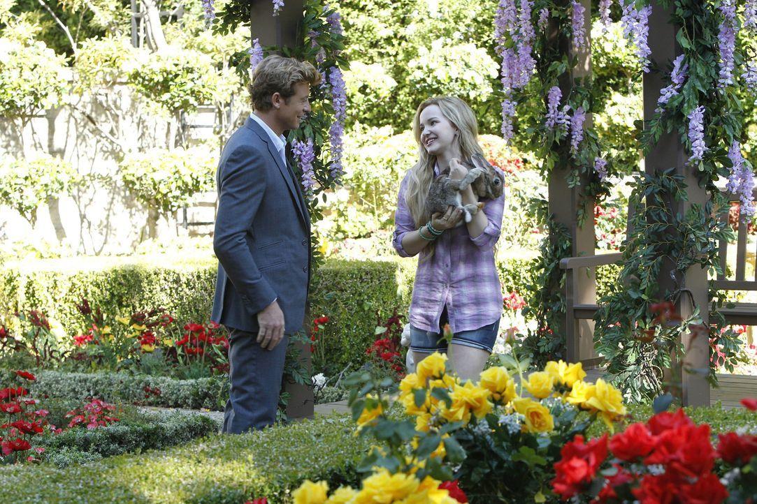 Wahr oder nur ein Traum? Patrick (Simon Baker, l.) sieht seine verstorbene Tochter Charlotte (Dove Cameron, r.) ... - Bildquelle: Warner Bros. Television