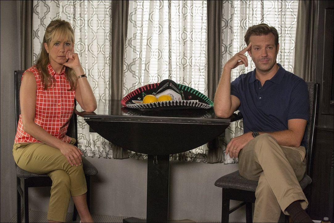 Ihre Reise verläuft wahrlich nicht ohne Komplikationen: David (Jason Sudeikis, r.) und Rose (Jennifer Aniston, l.), die riesige Mengen Cannabis in i... - Bildquelle: 2013 Warner Brothers.  All rights reserved.
