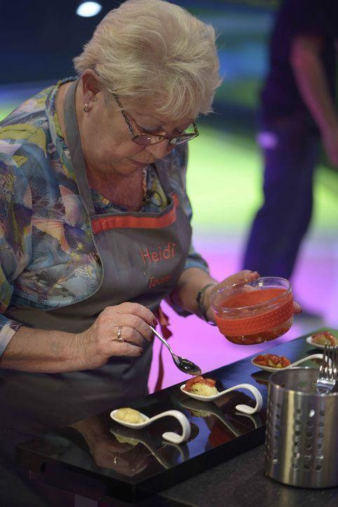Alle Komponenten ihrer Speise muss Heidi  auf einem Löffel anrichten. Eine knifflige Aufgabe, doch es geht immerhin um 100.000 Euro Preisgeld ... - Bildquelle: Oliver S. SAT.1