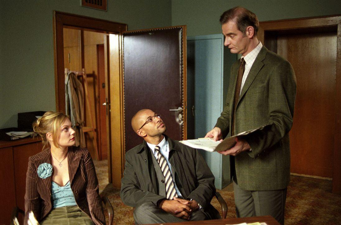 Der übereifrige Beamte Edmund Krüger (Heinrich Schafmeister, r.) möchte die frisch Vermählten Leslie (Eva Hassmann, l.) und Koofi (Tyron Ricketts, M... - Bildquelle: Sat.1