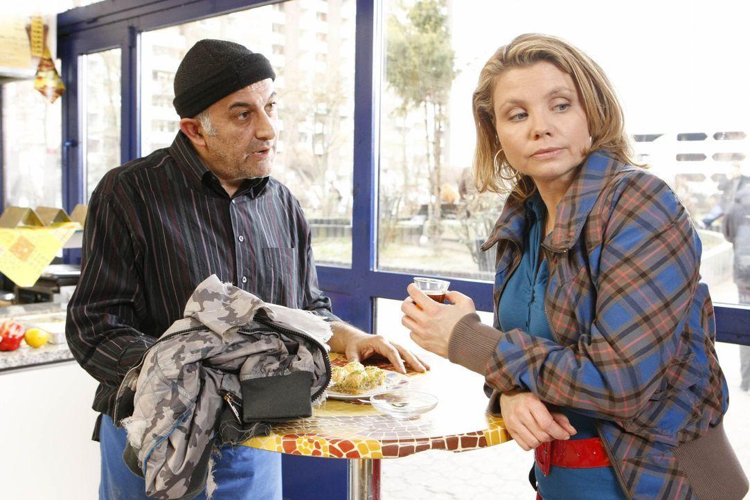 Nachdem Kurt Checker auf ein paar Jugendliche gehetzt hat, muss sich Danni (Annette Frier, r.) bei Ali Genc (Ramin Yazdani, l.) entschuldigen ... - Bildquelle: SAT.1