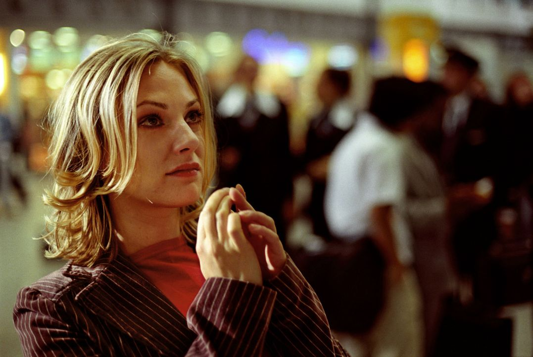 Leslie (Eva Hassmann) muss hilflos mit ansehen, wie Koofi abgeführt wird. Wird sie die Abschiebung verhindern können, wo sie Koofi doch wirklich lie... - Bildquelle: Sat.1