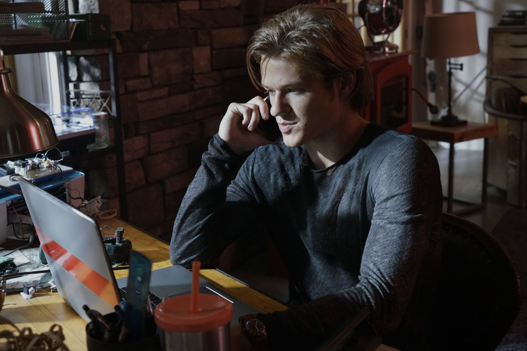 Muss in Malaysia nach einem Terrorfinanzier fahnden, der wichtige Informationen über einen bevorstehenden Angriff hütet: MacGyver (Lucas Till) ... - Bildquelle: Jace Downs 2016 CBS Broadcasting, Inc. All Rights Reserved