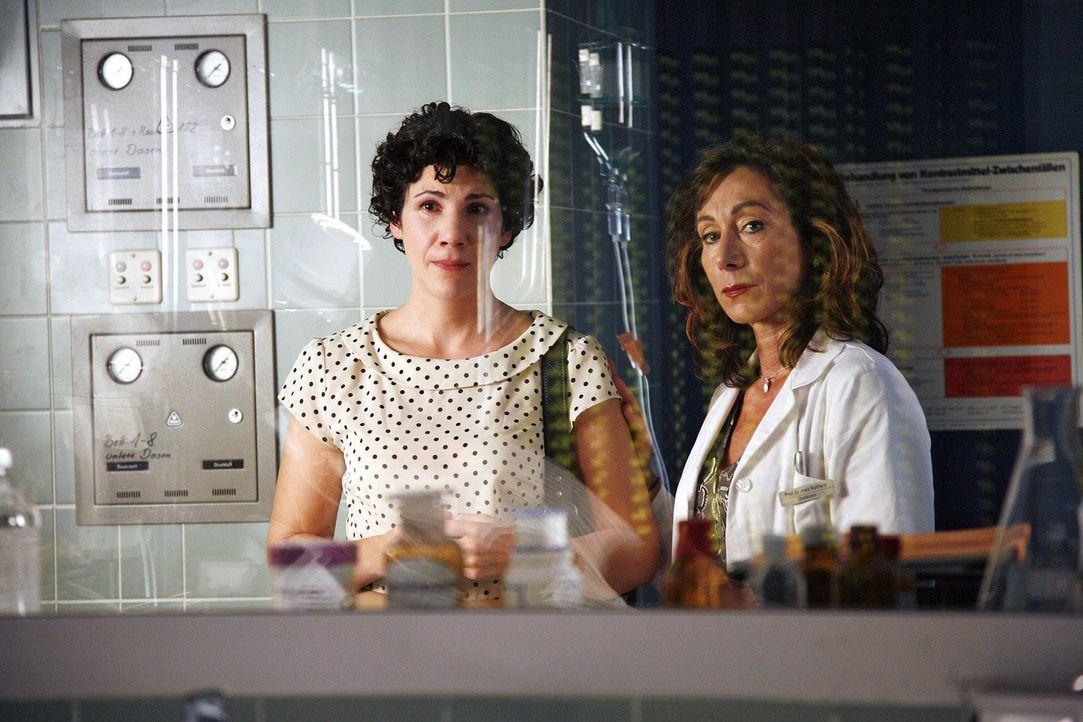 Dr. Rehfeld (Andrea Eckert, r.) bangt gemeinsam mit Frau Callenberg (Eva Mende, l.) um das Leben der kleinen Nina. - Bildquelle: Mosch Sat.1